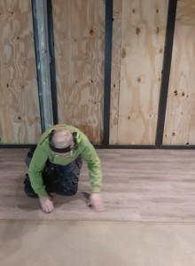 lägger golv